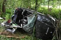 V těchto troskách BMW zemřeli u Bratrušova dva lidé