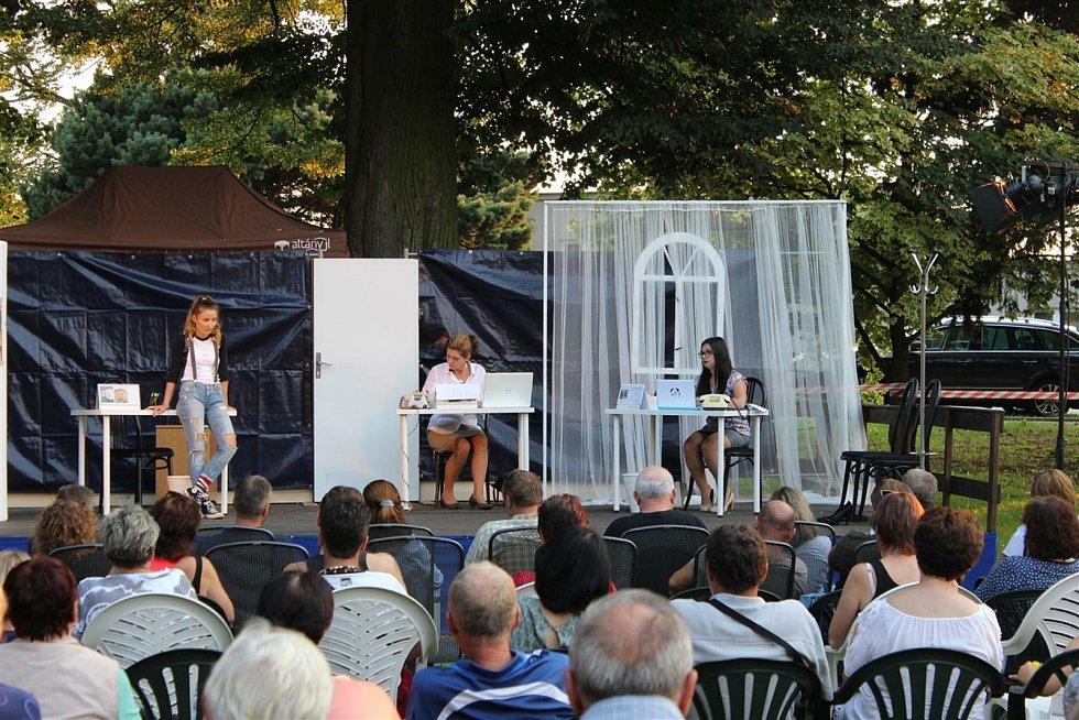 Sylva Kvapilová (vlevo) při představení Divadla V Sudu v Sudkově v létě 2020.