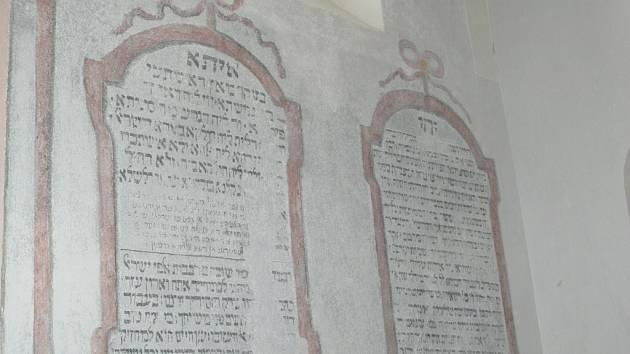 Na jižní stěně modlitebny odhalil restaurátor výzdobu z roku 1785.