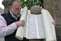Ručně psaný pergamen.