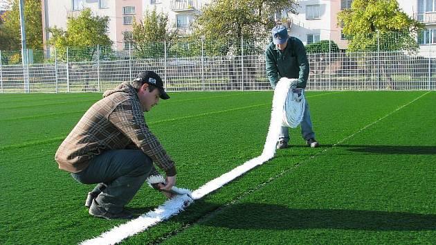 V Zábřehu finišují s pokládáním umělého trávníku na Městském stadionu