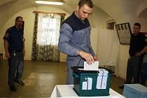 V jednom z nejpřísnějších vězení v České republice na Mírově odevzdalo v pátek svůj hlas devět desítek odsouzených. Mnozí z nich přišli volit, přestože si novou vládu na svobodě neužijí.