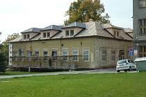 Bývalá školka na náměstí v Zábřehu – budou v ní byty.