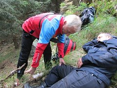 Najít pětici osob, z nichž dvě byly těžce zraněné po pádu ze skalního masivu. Takový byl úkol cvičení, které prověřilo připravenost českých i polských záchranářů v Jeseníkách.
