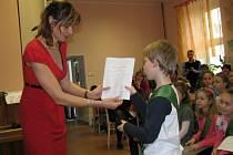 Hned dvě vysvědčení, klasické se školními známkami a pak ještě olympijské sportovní, si ve středu 28. ledna převzali prvňáčci z dvoutřídky v Hrabové. Jejich třídní učitelka Jaroslava Králová je zároveň pasovala mečem na školáky.
