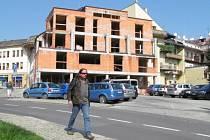 Hrubá stavba hotelu ve Starobranské ulici v Šumperku.