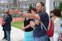 Slavnostní otevření hřiště u základní školy v Šumavské ulici v Šumperku. Ukazující muž je učitel Oldřich Kolák