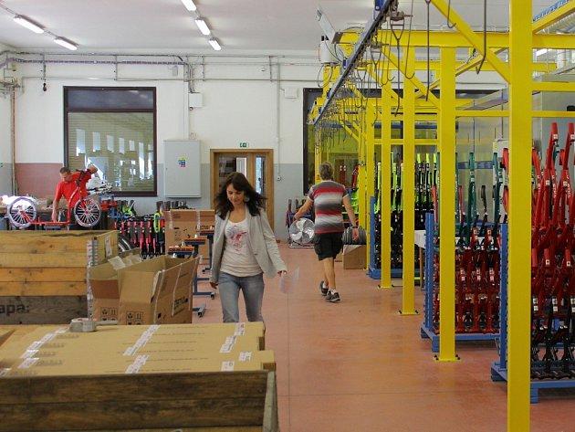 Výrobní prostory závodu na výrobu koloběžek v Potůčníku u Hanušovic.