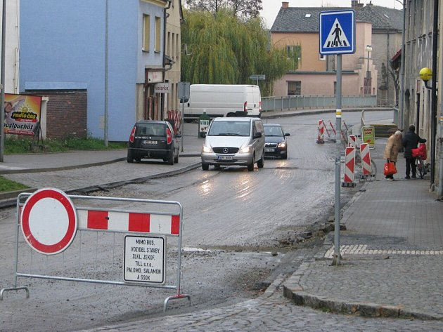 Hlavní silnice vLošticích je teď uzavřená od začátku po konec města. Výjimku ze zákazu vjezdu mají jen místní obyvatelé a obsluha firem.