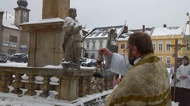Do výklenku mariánského morového sloupu, který je ozdobou Masarykova náměstí v Zábřehu, se vrátila socha svaté Rozálie, kterou po Sametové revoluci ukradl neznámý zloděj. Požehnal jí zábřežský děkan František Eliáš.