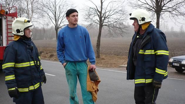 Petr Kočí mezi hasiči na místě vážné dopravní nehody, kde zachránil tři životy.