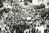 Místem, kde se lidé v prvních dnech po okupaci v Šumperku shromažďovali, bylo náměstí u hotelu Grand.