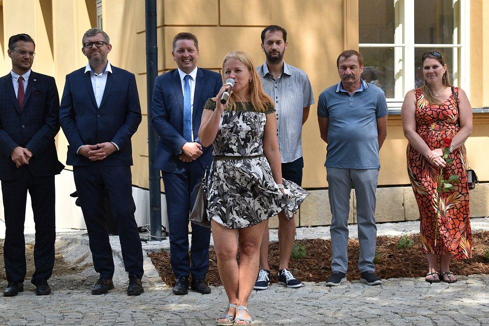 Slavnostní otevření rekonstruovaného zámku Třemešek u Dolních Studének. Petra Svátková, vnučka posledních majitelů, rodiny Mauthnerů.
