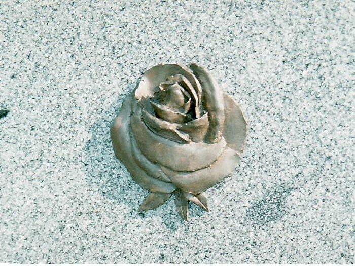 Bronzová růže, která čtrnáct let zdobila náhrobek první manželky šumperského akademického malíře Lubomíra Bartoše.