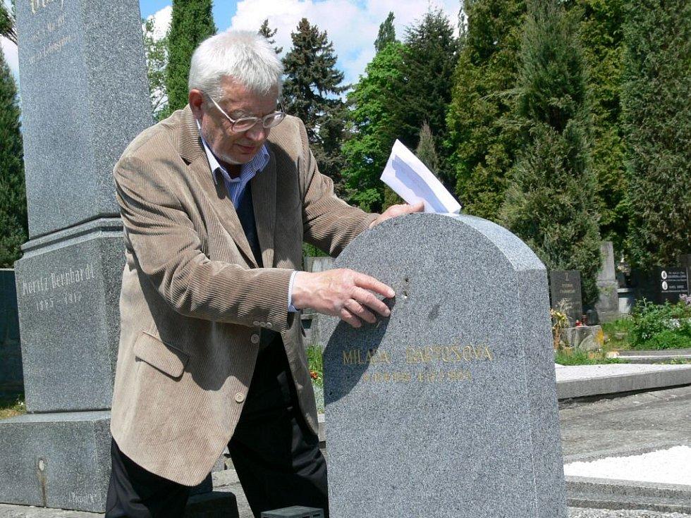 Malíř Lubomír Bartoš prohlíží místo, odkud zmizela bronzová růže.