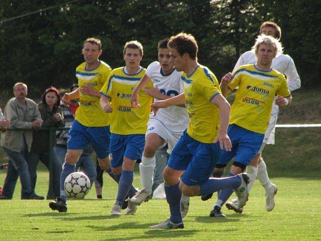Losinští fotbalisté (žluté dresy) porazili Frenštát