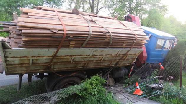 Nehoda náklaďáku ve Staré Červené Vodě