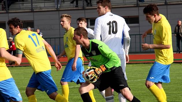 Fotbalový Šumperk (ve žlutém) porazil posledního