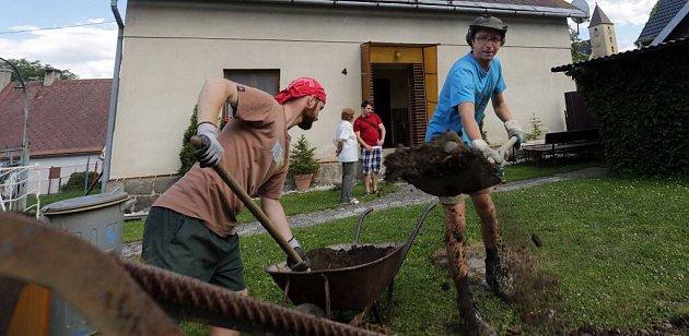 150 dobrovolníků pomáhá zdarma vokolí Vápenné na Jesenicku