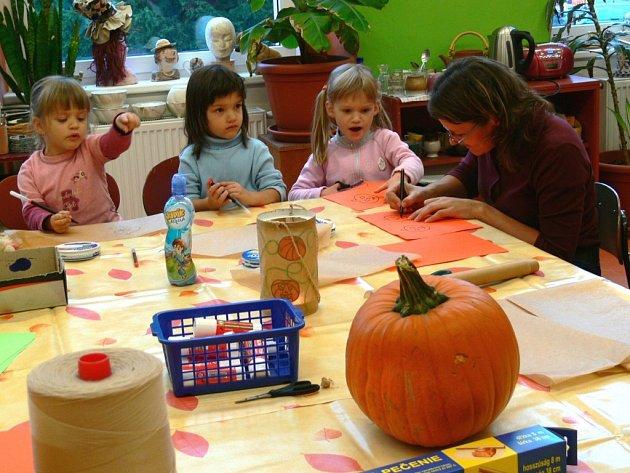 Děti tvořily ozdoby z dýní.