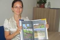 Mluvčí šumperské radnice Olga Hajduková představuje knihu věnovanou šumperskému sportu.