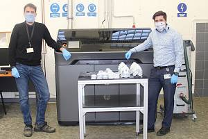 Výroba ochranných polomasek v mohelnickém závodu Siemens.