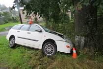 Řidič havaroval na mokré silnici.