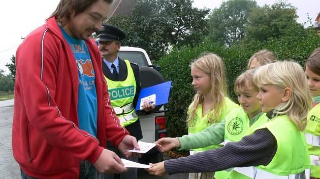Děti z bratrušovské školy oblékly policejní vesty.