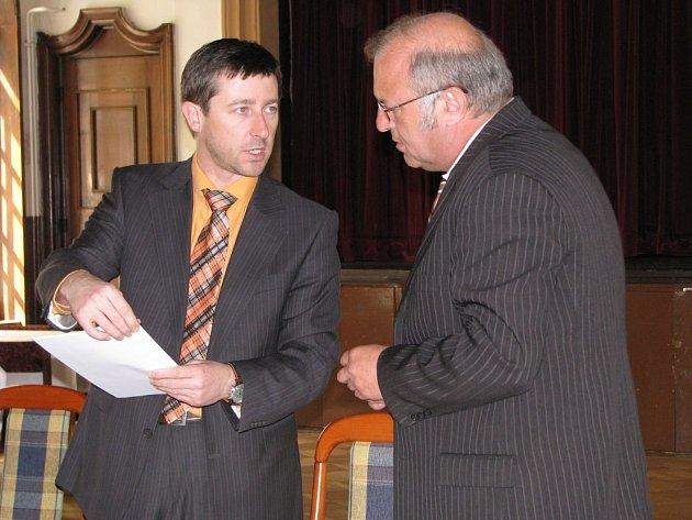 Losinský starosta Miroslav Kopřiva (vpravo) podepsal smlouvu o prodeji termálu