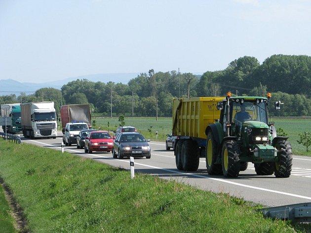 Kolona zemědělských vozidel brzdila ve středu po deváté hodině dopravu mezi Zábřehem a Mohelnicí. Od zábřežského Navosu přes kruhový objezd vyrazilo pět traktorů s vlekem doprovázených osobními auty.