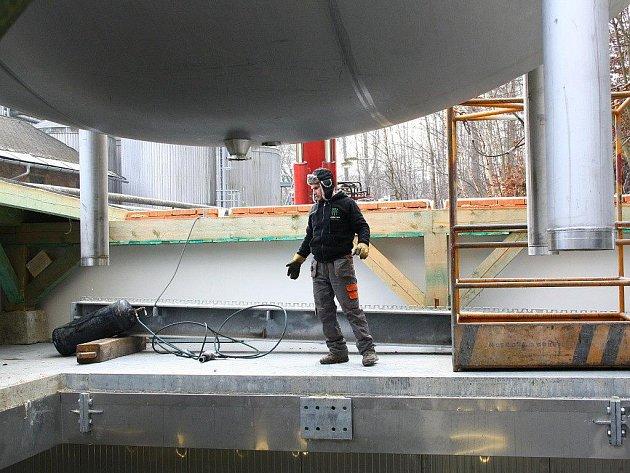 V hanušovickém pivovaru spouštěla v úterý 29. listopadu dvojice jeřábů do ležáckého sklepa pivní tanky