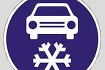 Značka, která pro období od prvního listopadu do konce dubna povoluje průjezd jen se zimními pneumatikami.