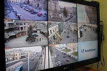Záběr na monitor kamer sledující šumperské ulice