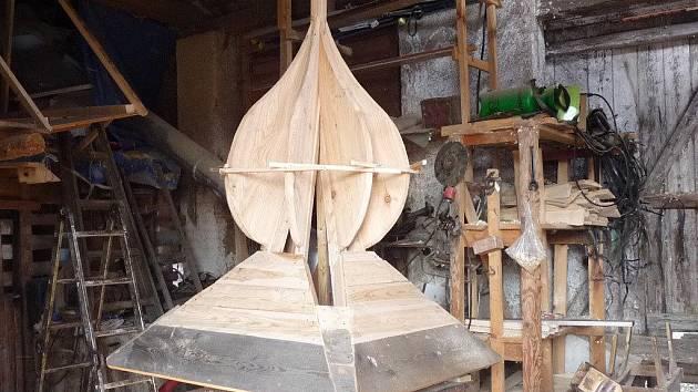 Jednotlivé prvky budoucího památníku obětí hor už vznikají v dílně Karla Švédy