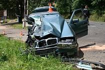 BMW poté, co s ním mladík narazil do nákladního vozu