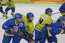 Šumperští  Mladí Draci (žluté dresy) v sobotním utkání extraligy se Zlínem.