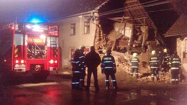 Část domu v Olomoucké ulici v Lošticích se zřítila v noci ze soboty 15. na neděli 16. ledna. Trosky spadly do sousedního dvora. Dům naštěstí nebyl obývaný, takže se vše obešlo bez zranění