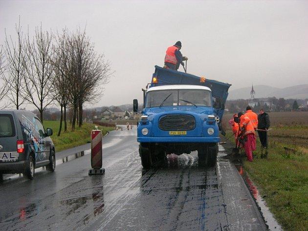 Poslední opravou minulého roku byl povrch silnice v úseku od Zvole až k odbočce na Mírov.
