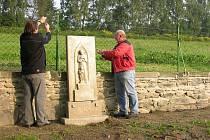 Kamenná zídka kolem hřbitova v České Vsi se už nerozpadá. Důstojně vypadá i hrob neznámého vojína. K opravě stačil nápad pracovníka obce a šestnáct tisíc korun