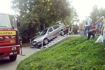Po internetu koluje snímek oktávky, kterou řidič svérázně zaparkoval na schodech u šumperské Hokejky. Každý parkuje, kde se dá.