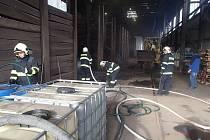 Hasiči likvidují požár ocelových pilin.