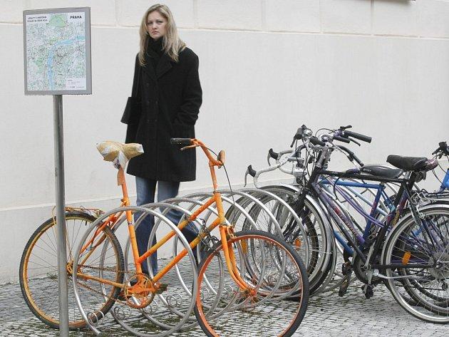 Nové stojany na kola by měly znesnadnit práci zlodějům.