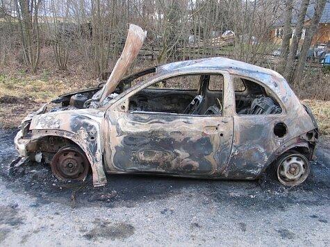 Doutnající vrak osobního vozidla nalezli den před Štědrým dnem v obci Bukovice.