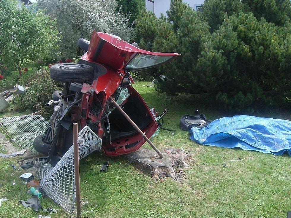 Zničený renault, pod modrým igelitem leží mrtvý řidič