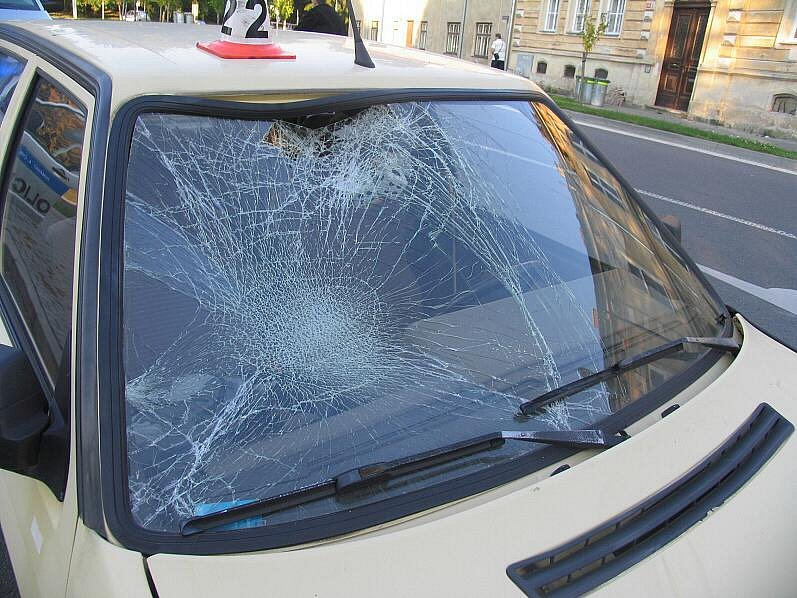 Snímky z nehody, při které byla zraněna žena a dítě