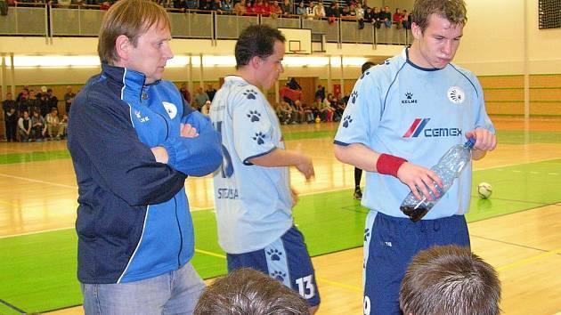 Trenér futsalistů Ecoinvestmentu Praha Vlastimil Bartošek na střídačce během utkání v Šumperku.