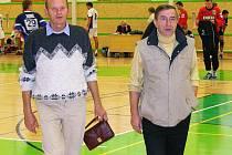 Šéf šumperských házenkářů Jaroslav Krobot (vpravo) s Josefem Dopitou, trenérem. Josef Dopita je mimochodem otec házenkáře Petra Dopity i slavného hokejisty Jiřího Dopity