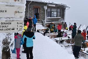 Turisté u chaty Jiřího na Šeráku. 9. ledna 2021