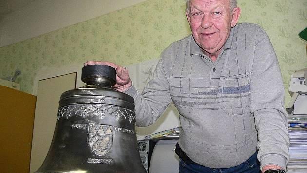 Starosta Lukavice Václav Navrátil opatruje zatím zvon na obecním úřadu