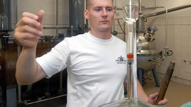 Kvas z třešní jde první na řadu v palírnách na Šumpersku.